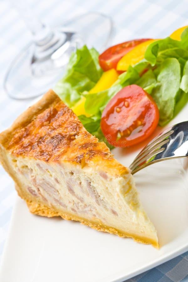 Speckquiche mit Salat lizenzfreie stockbilder