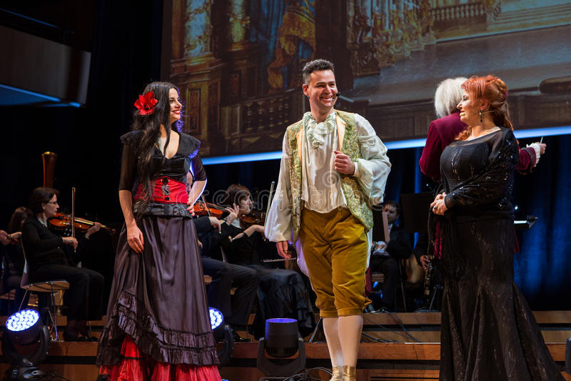 Spectacle comportant Filharmonia Futura et M Walewska - l'opéra est la vie photos stock