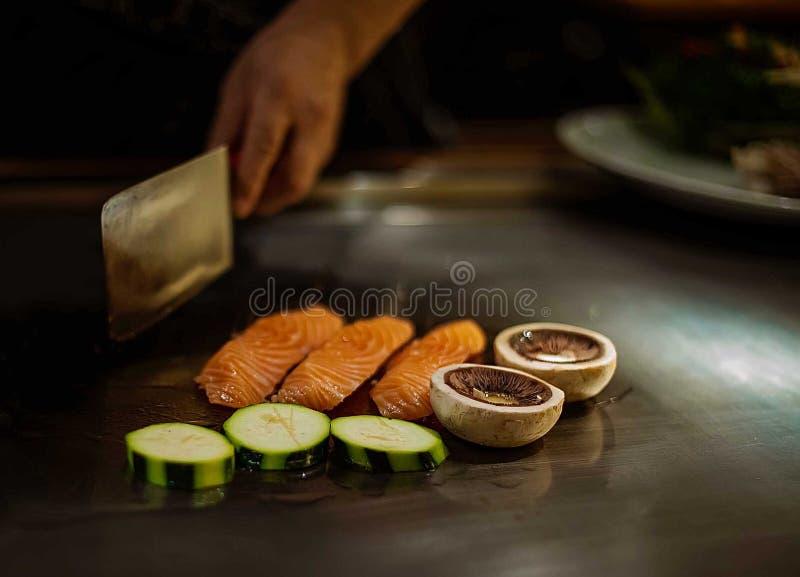 Spectacle de Teppan dans un restaurant japonais. photo libre de droits