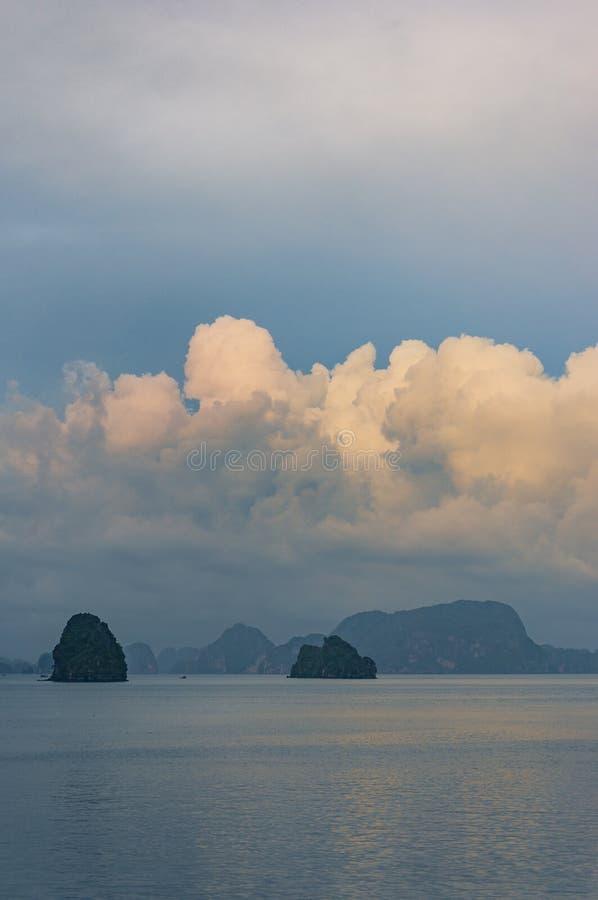 Spectaculair landschap met kleurrijke zonsondergangwolken over HaLong-Baai, Vietnam royalty-vrije stock fotografie