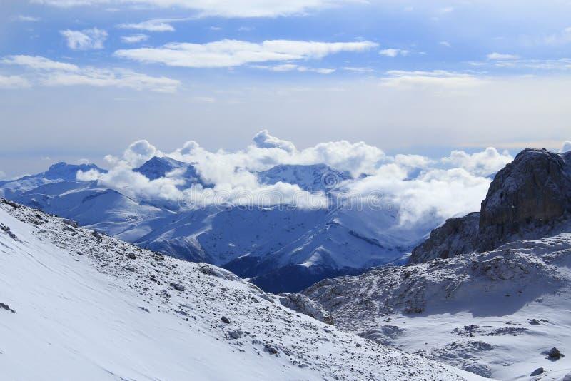 Spectaculair sneeuw en zonnig hoog berglandschap stock foto