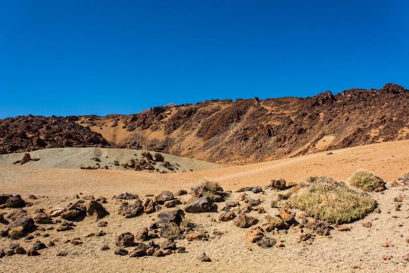 Spectaculair vulkanisch landschap in woestijnmilieu met slechte lavavormen royalty-vrije stock fotografie