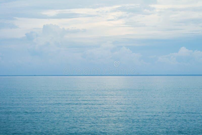 Spectaculair zeegezicht met zacht licht van zonsondergangbezinning over het overzees stock foto