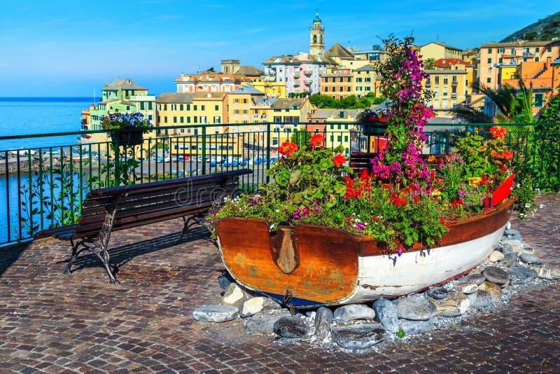 Spectaculaire die promenade met kleurrijke bloemen, Bogliasco, Ligurië, Italië, Europa wordt verfraaid royalty-vrije stock afbeelding