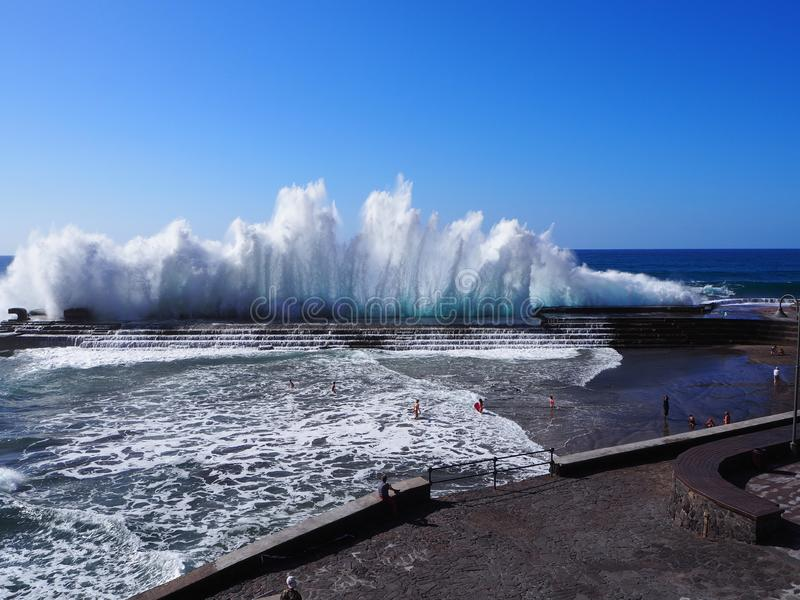 Spectaculaire golven die in Bajamar Tenerife breken stock foto's
