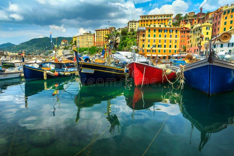 Spectaculaire haven, kleurrijke mediterrane gebouwen met vissersboten en jachten, Camogli, Ligurië, Italië, Europa stock afbeelding