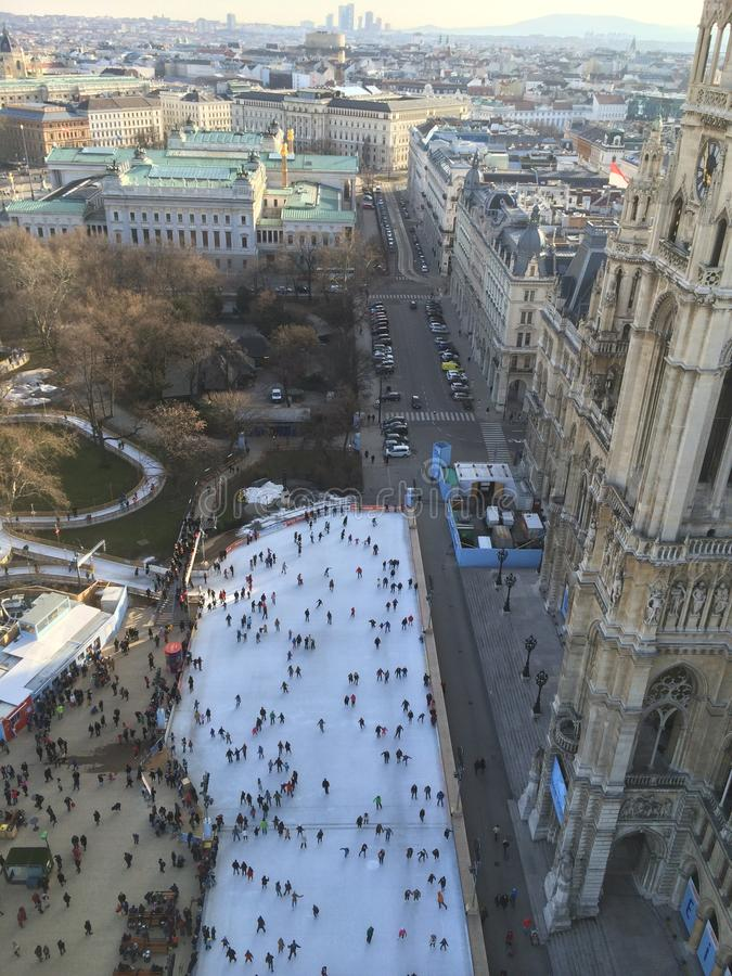 Spectaculaire het schaatsen rand Wenen Rathaus stock afbeeldingen