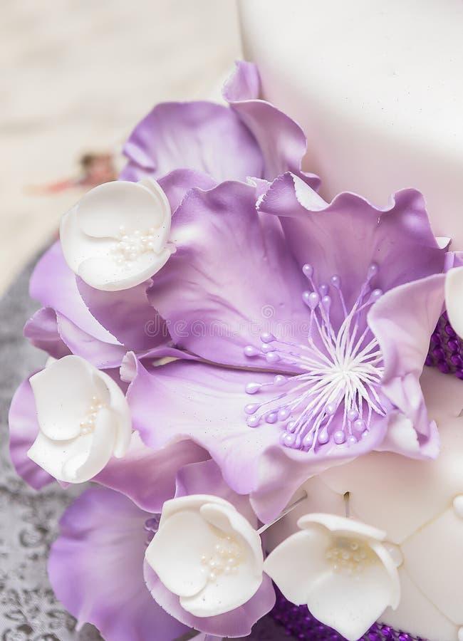 Spectaculaire huwelijkscake met bloem royalty-vrije stock afbeeldingen