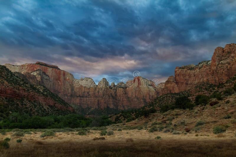 Spectaculaire kleurrijke zonsondergang en de `-Torens van Maagdelijke ` in Zion National Park in Utah stock afbeeldingen
