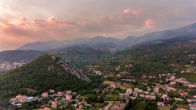 Spectaculaire luchtdiemening van een stad met heuvels wordt omringd royalty-vrije stock afbeeldingen