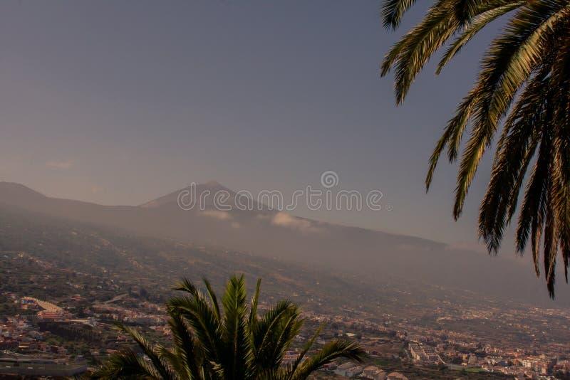 Spectaculaire mening aan de berg met stad royalty-vrije stock fotografie
