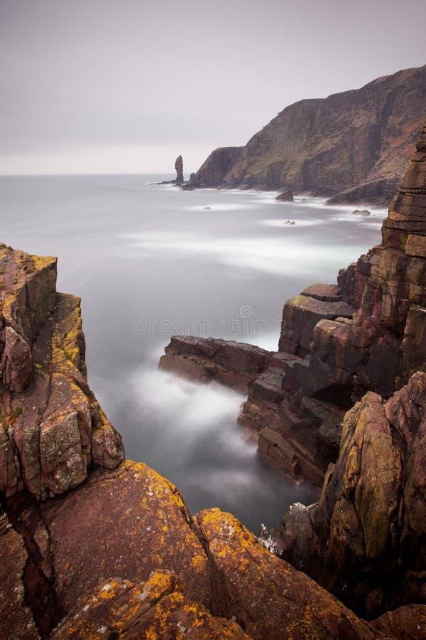 Spectaculaire mening van de wilde Atlantische Oceaan, Schotland, Britse Winderige en regenachtige dag, typisch weer stock fotografie