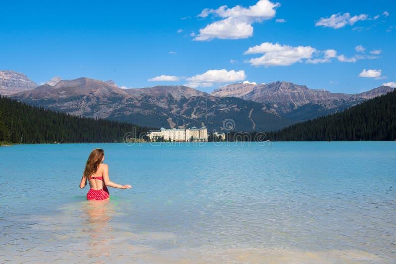 Spectaculaire mening van het Meer Louise en het Hotel van Fairmont Chateau in Rocky Mountains royalty-vrije stock foto's