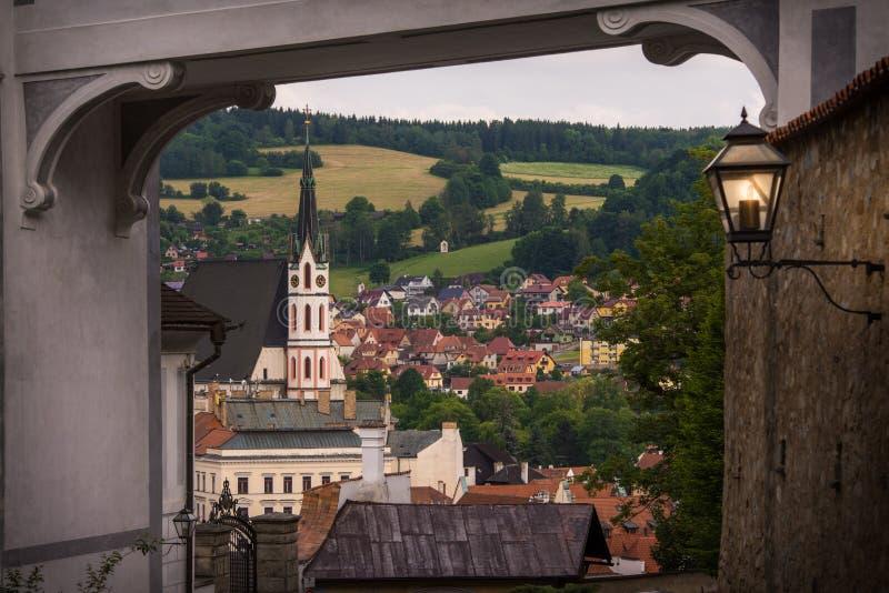 Spectaculaire mening van St Vitus Church en Cesky Krumlov door de middeleeuwse boog Tsjechische Republiek De Plaats van de Erfeni royalty-vrije stock afbeeldingen
