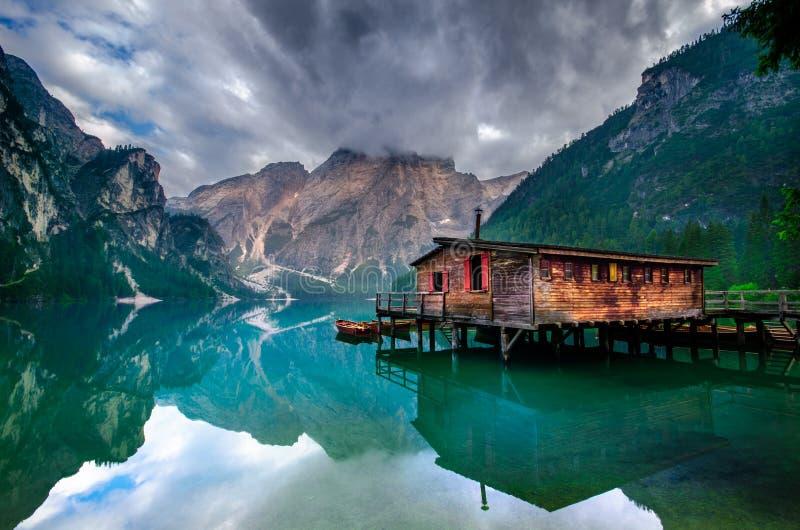 Spectaculaire romantische plaats met typische houten boten op het alpiene meer, & x28; Lago Di Braies& x29; Braiesmeer stock afbeeldingen