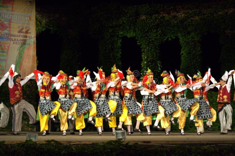 Spectaculaire Turkse dansers bij folklorefestival stock foto's
