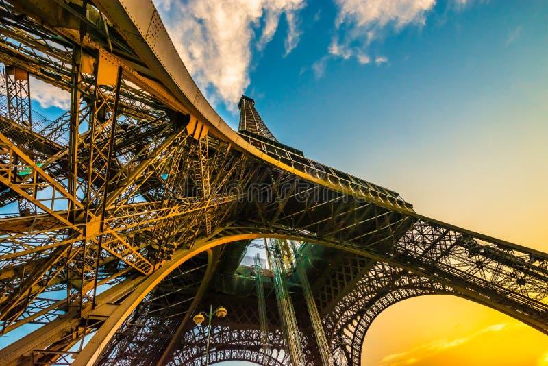 Spectaculaire unieke kleurrijke brede die hoek van de toren van Eiffel wordt geschoten van onderaan, tonend alle pijlers royalty-vrije stock foto