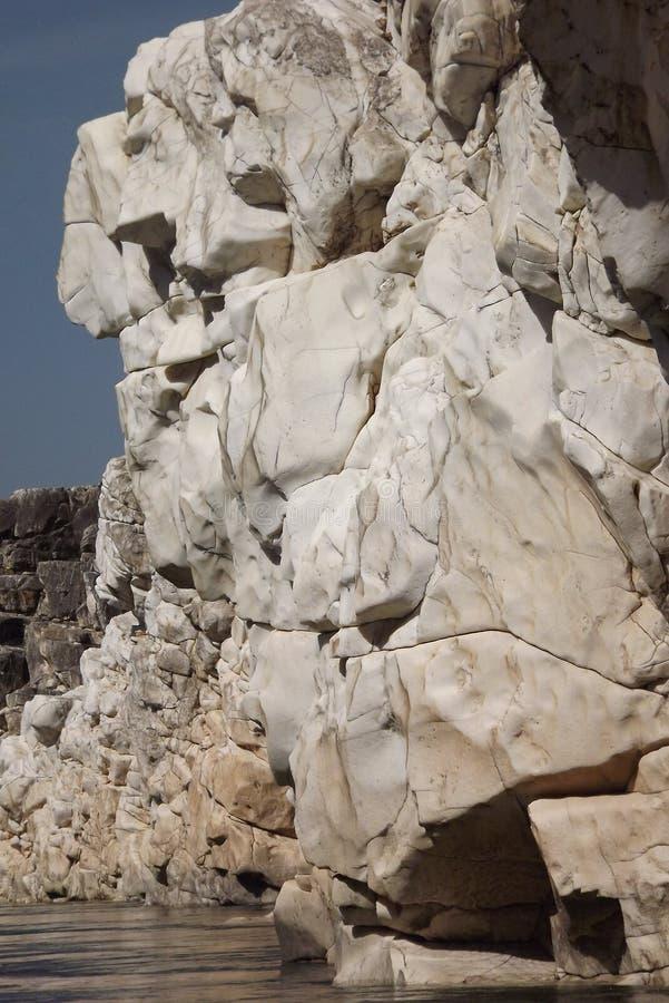 Spectaculaire witte marmeren rots aan beide kanten van rivierkloof royalty-vrije stock afbeeldingen