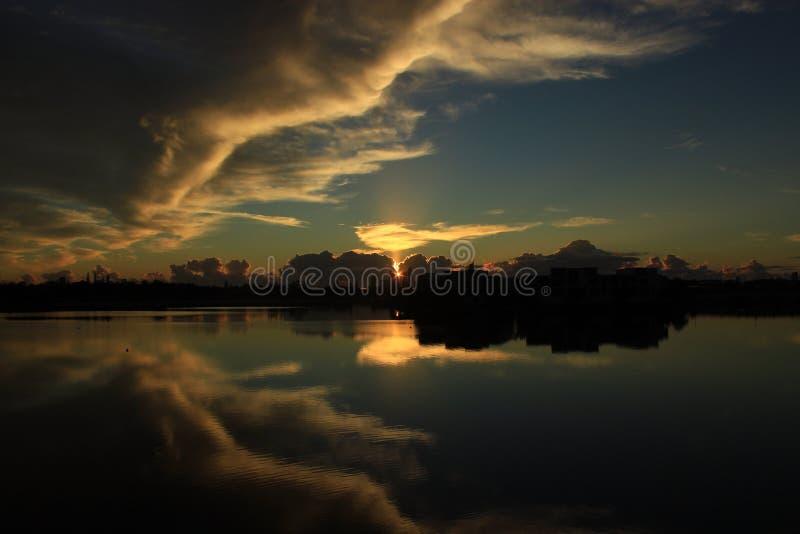 Spectaculaire zonsopgang over het meer royalty-vrije stock afbeeldingen
