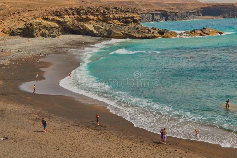 Spectaculaire zwarte zandstrand en bergen met inhammen in Ajuy, Fuerteventura stock foto's