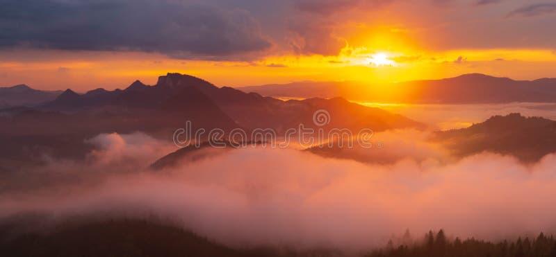 Spectacular, tramonto sopra le montagne, foschia di galleggiamento di favola fotografie stock libere da diritti