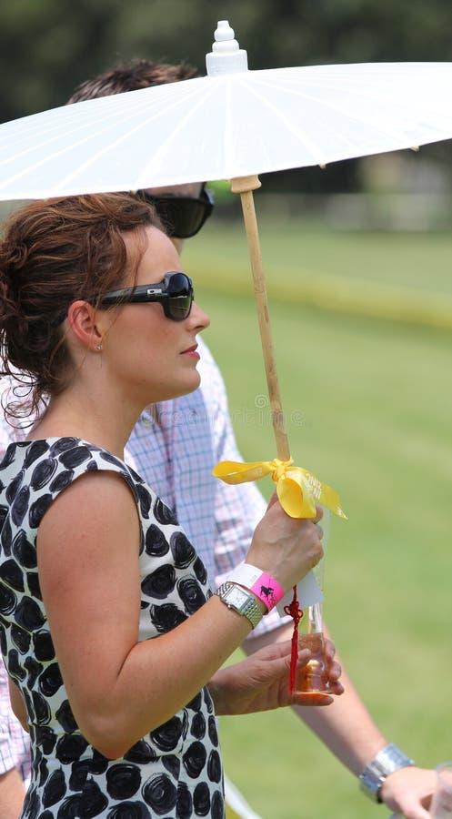Spectateur féminin au polo photographie stock