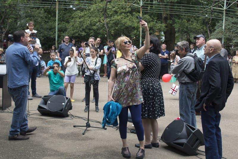 spectateur, musicien de rue image stock