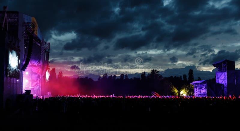 Spectateurs à un concert la nuit image stock
