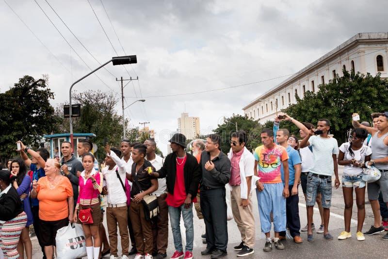 Spectateurs de cortège de voitures d'Obama à La Havane, Cuba photo stock