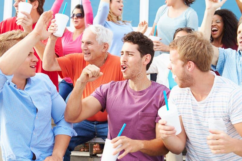 Spectateurs encourageant à l'événement de sports en plein air images stock