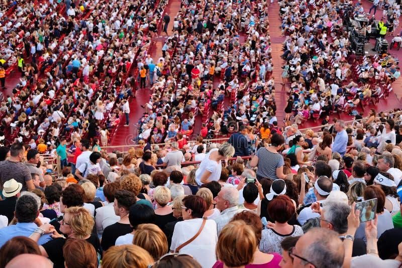 Download Spectateurs Sur Un Concert Dans L'arène De Vérone Image stock éditorial - Image du cirque, bench: 77159629