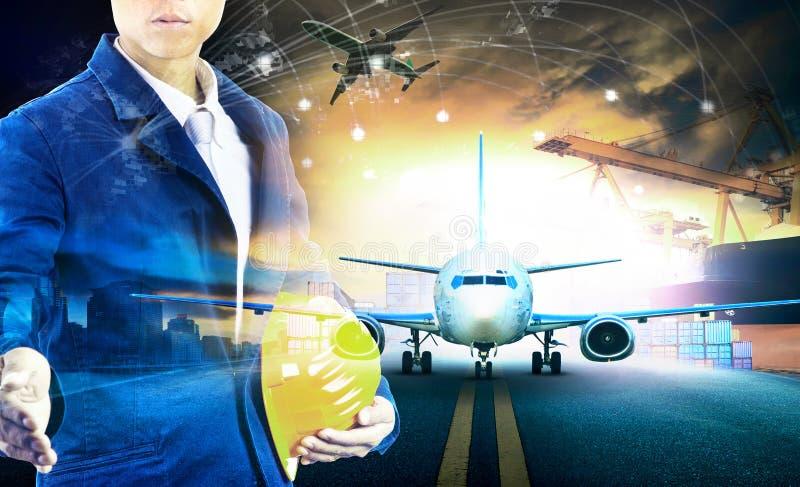 Spedisca il contenitore di caricamento nel pla delle merci aviotrasportate del pilastro e di importazioni-esportazioni fotografie stock libere da diritti