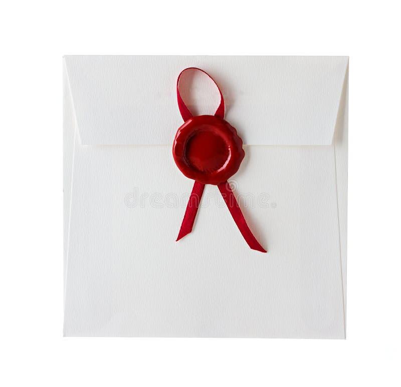 Spedisca la busta o la lettera sigillata con il bollo della guarnizione della cera immagini stock
