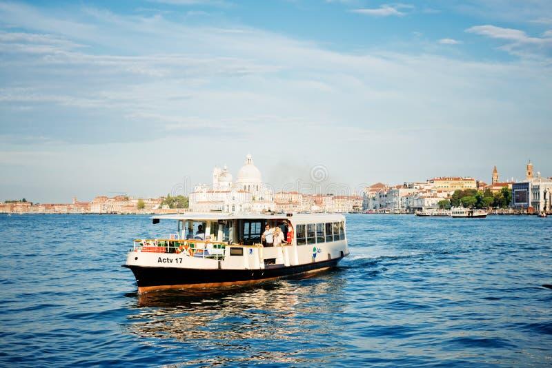 Spedisca la gente di trasporto nelle acque di Grand Canal fotografia stock libera da diritti