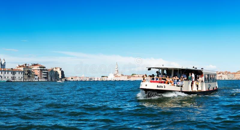 Spedisca la gente di trasporto nelle acque di Grand Canal Venezia è una fotografie stock libere da diritti
