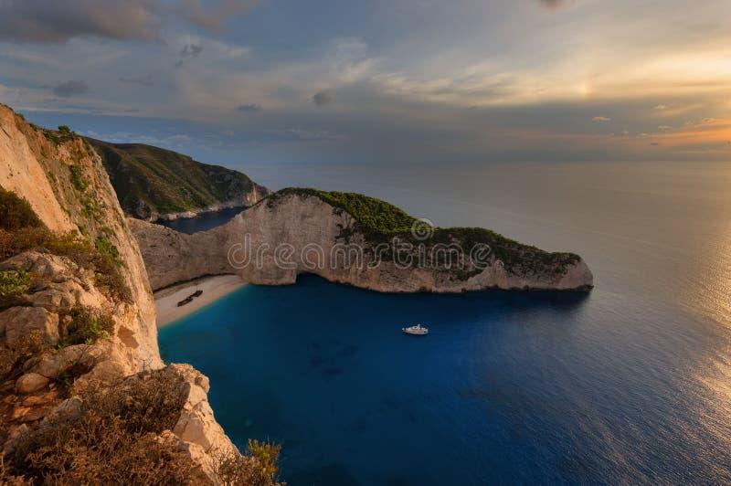 Spedisca la spiaggia del relitto e la baia di Navagio al tramonto Il punto di riferimento naturale più famoso di Zacinto, isola g immagine stock libera da diritti