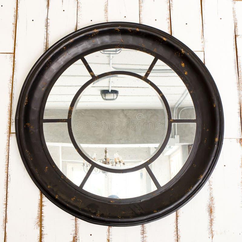 Spedisca lo stile d'annata di legno della finestra con il backgro bianco del bordo di legno fotografia stock libera da diritti