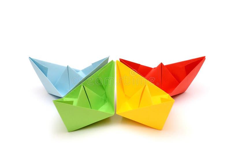 Spedisce gli origami Barche di carta Figure variopinte Origami di trasporto fotografia stock