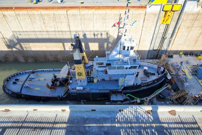 Spedisce il passaggio attraverso Welland Canal che collega gli itinerari di trasporto degli Stati Uniti e del Canada immagini stock