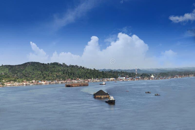 Spedizioni del carbone attraverso il fiume, dalla vista superiore immagini stock libere da diritti
