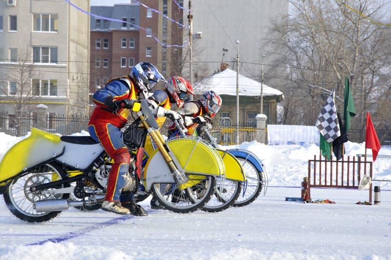 Speed-way de l'hiver sur la glace, début photos libres de droits