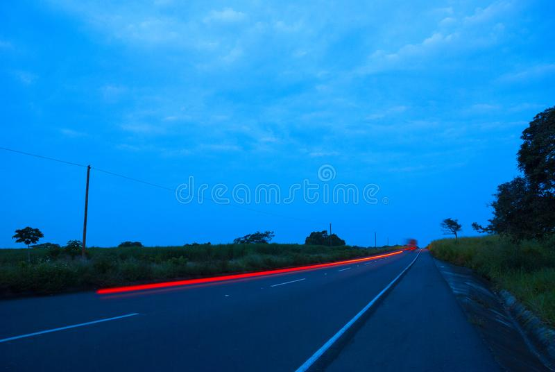Speedingon de los coches una carretera, Guatemala, America Central, coche de la velocidad imagen de archivo libre de regalías