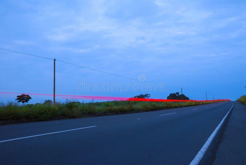 Speedingon dos carros uma estrada, Guatemala, Am?rica Central, carro da velocidade imagem de stock