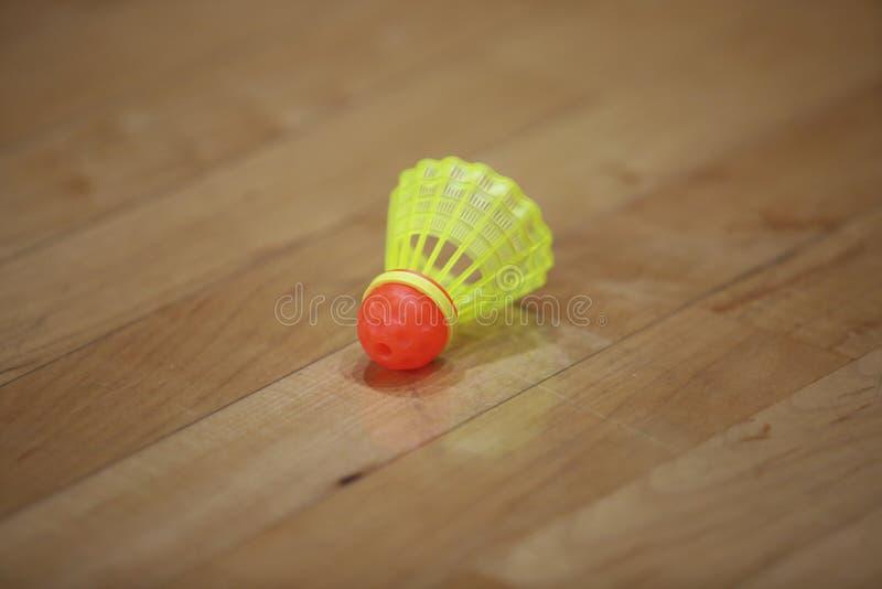 Speedminton-Federball auf dem Boden lizenzfreies stockbild