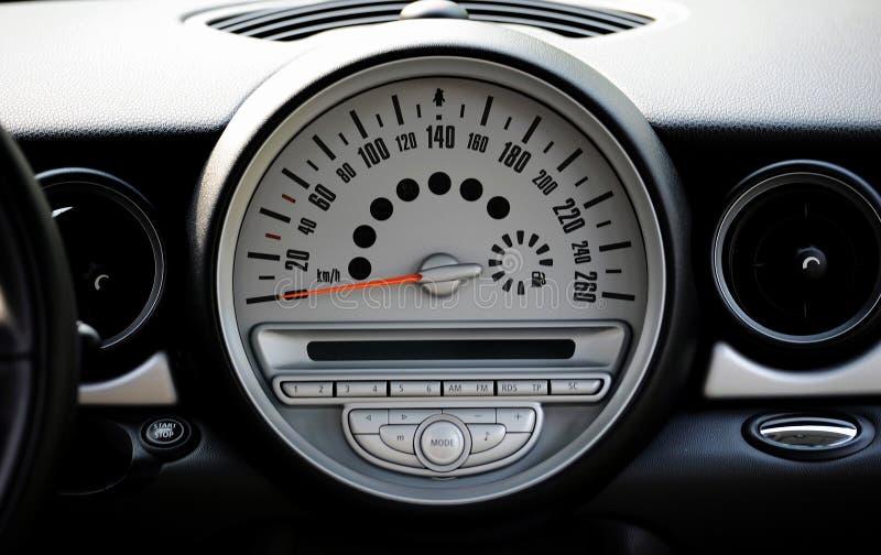 Speedometer av en bil fotografering för bildbyråer