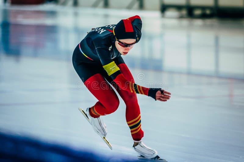 Speedskateren för Closeupflickaidrottsman nen sprintar avståndskörningar arkivbilder