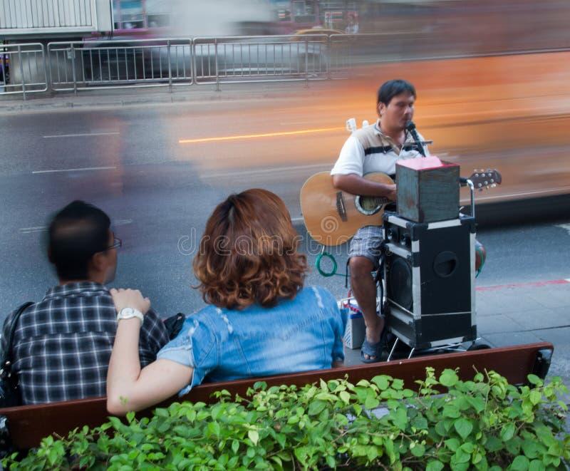 Speel gitaar blinde bedelaar in de straat royalty-vrije stock foto's
