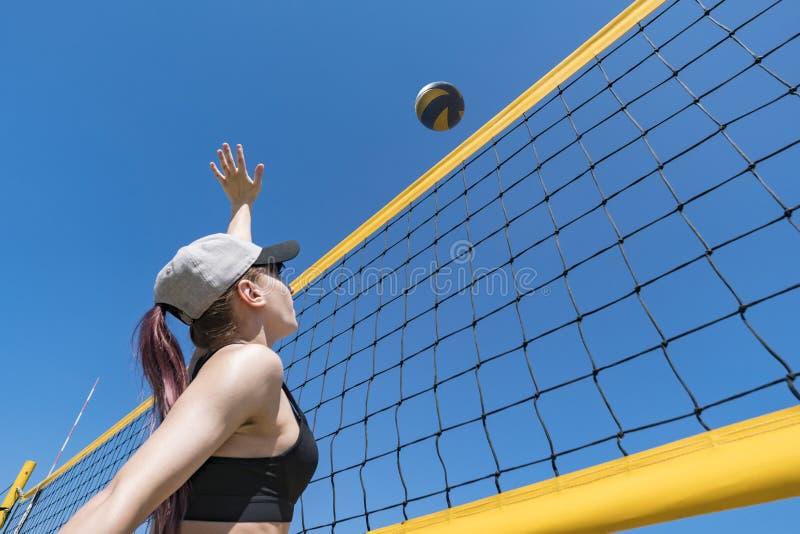 Speel het strandvolleyball van de tiener Het kampioenschap van het strandvolleyball de vrouw bereikt voor de bal het werpen van e stock afbeelding