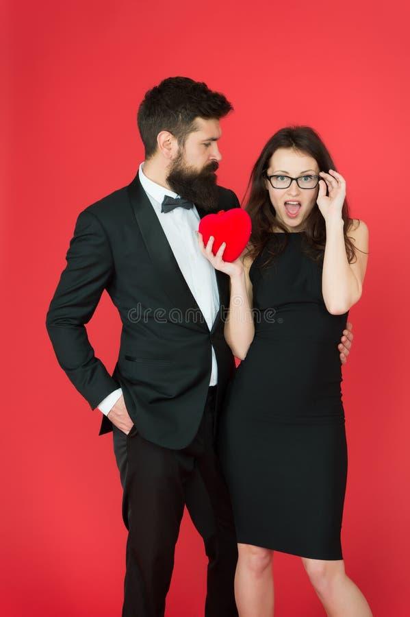 Speel niet met mijn hart De man met baard en gelukkige de vrouw vieren verjaardag Paar die in liefde verjaardag dateren Mens royalty-vrije stock afbeelding