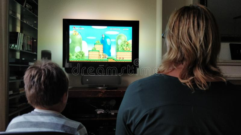 Speel Super Mario Bros op wii met mamma royalty-vrije stock afbeeldingen